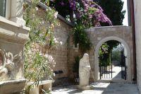Supetar ostrov Brač kostel Sv.Petra Matka Tereza